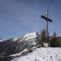 Der Gipfel ist erreicht. Dort erwartet Euch eine grandiose Aussicht auf die Tiroler Berge.   Foto (c) kinderoutdoor.de