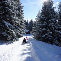 Auf Hütten mit Kindern im Winter. Viele DAV Hütten liegen in der Nähe von Rodelbahnen.   foto (c) kinderoutdoor.de