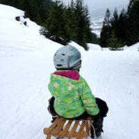 Rodeln mit Kindern. Sicherheit geht vor, deshalb rauf mit dem Helm.  foto (c) kinderoutdoor.de