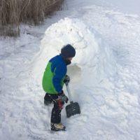 Iglu Bauanleitung: Zum Schluss graben wir uns ins Innere vom Schneehaus vor.   foto (c) kinderoutdoor.de