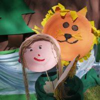 Mit Papptellern lassen sich auch Löwenmasken in kurzer Zeit basteln.   foto (c) kinderoutdoor.de