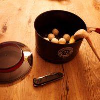 Outdoor Rezepte für Lagerfeuer und Gaskocher: Die einfachen Suppenknödel / Suppenklößchen sind einfach und schnell zubereitet.   foto (c) kinderoutdoor.de