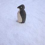 Kinder schnitzen mit dem Taschenmesser einen Pinguin