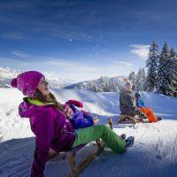 Schlittenfahren mit Kindern in der Steiermark. Gut 30 Rodelbahnen warten auf die Schlittenpiloten.   Foto: (c) Steiermark Tourismus/ikarus.cc