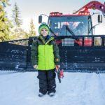 Familienurlaub in der Tiroler Zugspitzarena: Kinder fahren im Pistenbully mit