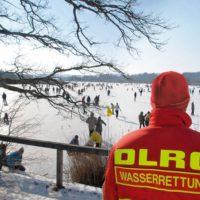 Sicherheit auf Seen wenn diese Eis führen. Die DLRG leistet im Winter über 150.000 Stunden an natürlichen Eisflächen.  foto (c) DLRG Bayern