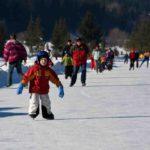 Ausflugsziele mit Kindern im Winter: Schlittschuhlaufen mal anders