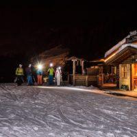 Nachtrodeln in Gröden. Zuvor kehrt die Schlittenpiloten auf der Hütte ein und essen dort typische Südtiroler Spezialitäten.   foto (c) harald wisthaler
