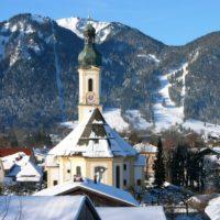 Winterwandern in Lenggries mit der Familie aufs Brauneck. Dort gibt es den knutschenden Hirschen.   Foto: Gäste-Info Lenggries