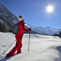 Winterwanderung mit Familie in Oberstdorf. 140 Kilometer präparierte Wanderwege erwarten Euch.   foto © Tourismus Oberstdorf