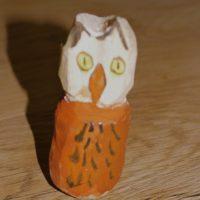 Kinder haben diese Eule mit dem Taschenmesser geschnitzt.  foto (c) kinderoutdoor.de