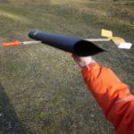 Kinder basteln einen Segelflieger in weniger als zehn Minuten aus Recyclingstoffen