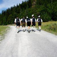 Auf dem Weg zur Schönfeldhütte bekommen wir auch diese feschen Burschen zu sehen. Statt Gore-Tex haben die eine Lederhose an. Original bavarian ethno style!  Foto (c) kinderoutdoor.de