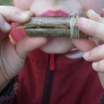Kinder schnitzen eine Möwenlockpfeife