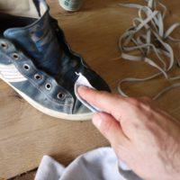 Mit einem nassen Lappen die Raulederschuhe reinigen.   foto (c) kinderoutdoor.de