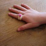 Kinder schnitzen einen Ring mit Herz aus Holunder