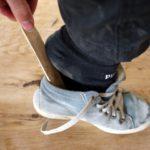 Kinder schnitzen einen Outdoor-Schuhlöffel