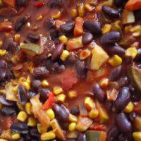 Outdoor Rezepte für Kinder: Den Klassiker am Lagerfeuer, Chili con Carne, ohne Fleisch zubereiten. Das schmeckt genauso gut.   foto (c) kinderoutdoor.de