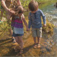 Bogs on the river! Mit den Kindersandalen Whitefish können die Kinder auch in den Bach gehen.   foto (c) bogs