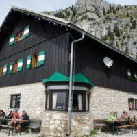 Auf der Sonnenseite der Hütte: Nach der Wanderung macht Ihr es Euch auf der Sonnenterasse gemütlich.   foto (c) kinderoutdoor.de