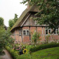 Mit dem Fahrrad entdeckt Ihr in Schleswig-Holstein solche wunderschönen alten Reetdachhäuser.   foto (c) kinderoutdoor.de