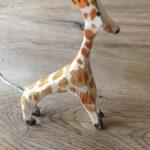 Kinder schnitzen eine Giraffe