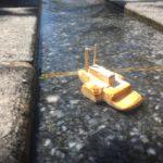 Kinder schnitzen ein Mississippi Steamboat mit dem Taschenmesser