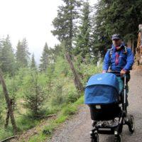 Mit einem geländegängigen Kinderwagen kommt Ihr gut auf ausgebauten Wanderwegen voran.   foto (c) kinderoutdoor.de