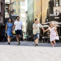 Auf geht´s in Innsbruck. Gemütlich erkundet die Familie die Altstadt.  foto (c) Innsbruck Tourismus