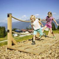 Über den Dächern von Innsbruck: In kurzer Zeit seid Ihr auf der Muttereralm und hier springen die Kinder wie die Gämsen.  foto (c) Innsbruck Tourismus
