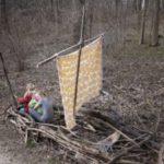 Kinder spielen im Wald: Segeln, Zelt bauen und mehr!