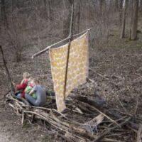 Ein eigenes Drachenboot: Im Wald oder Park baut Ihr mit den Kindern das Wikingerschiff.   foto (c) kinderoutdoor.de