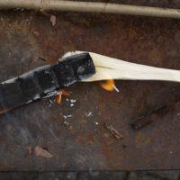 Mit der Glut lassen wir eine Vertiefung in den Löffel brennen.   foto (c) kinderoutdoor.de