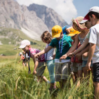 Mit Experten erkunden die Kinder beim Familienurlaub im Gröden Tal die Natur der Dolomiten.foto (c) valgardena.it