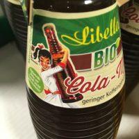 Gelungenes Etikett, tolle alte Riffelflasche, aber der Inhalt fällt leider hinter die Erwartungen bei der Libella Bio Cola Mix.   foto (c) kinderoutdoor.de