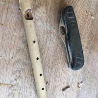 Kinder werken mit dem Taschenmesser; Fertig ist die Flöte.  foto (c) kinderoutdoor.de