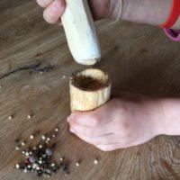 Füllt zuerst das Mahlgut in den Mörser und schon kann´s losgehen.   foto (c) kinderoutdoor.de