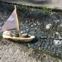 Das von den Kindern geschnitzte Segelboot läuft aus.   foto (c) kinderoutdoor.de