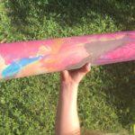 kinder basteln eine Rakete mit Feuerstrahl aus einer Papprolle
