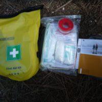 Überprüft immer wieder mal, was sich in Eurem Erste Hilfe Set für Outdooraktionen befindet.   foto (c) kinderoutdoor.de
