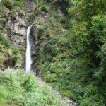 Kinder wandern zu den Zipfelbach Wasserfällen: Genie und Wasserkraft