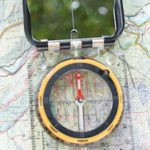 Kinder arbeiten mit Karte und Kompass: Orientieren ohne Batterie