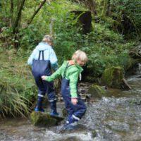 Gemeinsam entdecken die Kinder im Eisvogelsteig die Besonderheiten des Lebensraums Wasser.   foto (c) kinderoutdoor.de