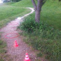 Zum Schluss der Schnitzeljagd wartet ein Hindernislauf auf die Kinder.   foto (c) kinderoutdoor.de