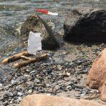 Kinder schnitzen einen Katamaran der über die Wellen gleitet