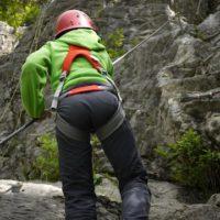 Am Klettersteig ebenso optimal wie im Klettergarten. Der Momentum engt die Kinder in der Bewegung nicht ein.  foto (c) kinderoutdoor.de