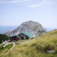 Auf 1.608 Metern Höhe liegt die Bergütte Enrico Rossi. Im Hintergrund ist der Pania Secca, ein 1.709 m hoher Berg, zu sehen.   foto (c) kinderoutdoor.de