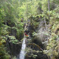 Klettern und Abeilen gehört zum Canyoning mit kindern wie das Schwimmen im Wasser.   foto (c) kinderoutdoor.de