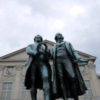 Bei der Radreise am Ilmtal Radweg kommt Ihr auch in Weimar vorbei und solltet mal bei diesen beiden promineten Herren vorbeischauen.   foto (c) kinderoutdoor.de