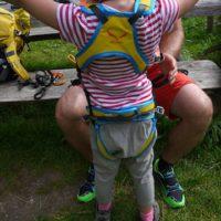 Leicht lässt sich der Salewa Kinderklettergurt Rookie anlegen.  foto (c) kinderoutdoor.de